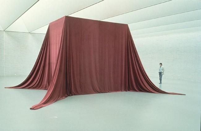Niek Kemps, Zonder titel, fluweel en hout, 580 x 270 x 430 cm, 1982