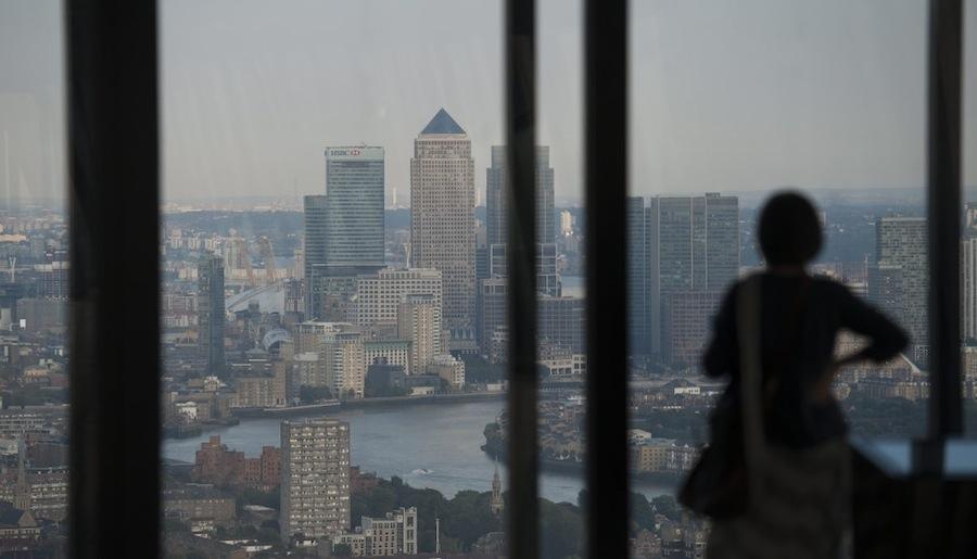 Een bezoeker kijkt uit over het financiele hart van Londen vanuit het Leadenhall Building, een van de nieuwste wolkenkrabbers in de stad. Foto- Will Oliver